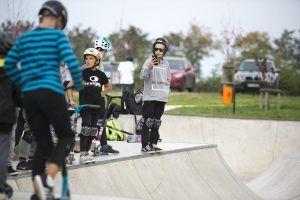 dzieci na skateparku