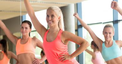 grupa ćwiczących kobiet