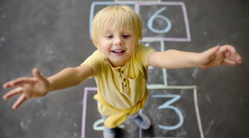 dziecko na tle rysunku gry w klasy