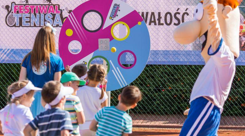 dzieci na boisku uczestniczące zabawach zorganizowanych w ramach Festiwalu Tenisa