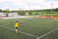 dzieci grają na boisku