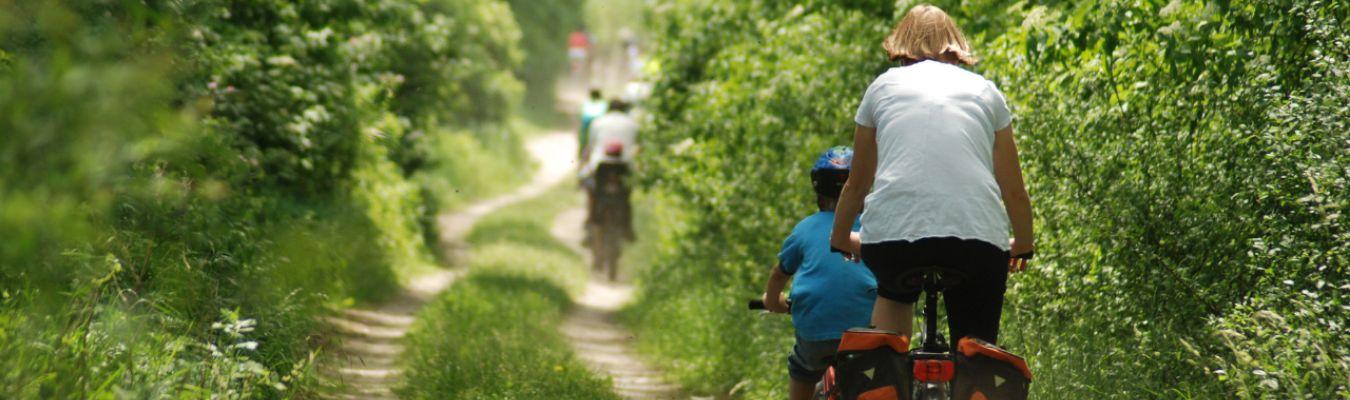 kobieta i dziecko jadą na rowerach