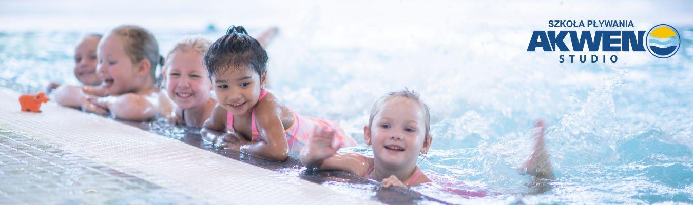 baner szkoły pływania - dzienie w basenie