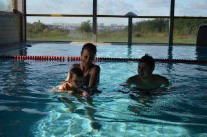 dziecko uczy się pływać