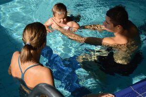 dziecko w wodzie, uczy się pływać