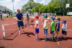 dzieci uczą się gry w tenisa