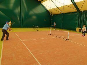 Cztery osoby grają w tenisa