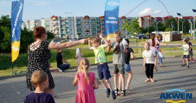 dzieci grające w gumę