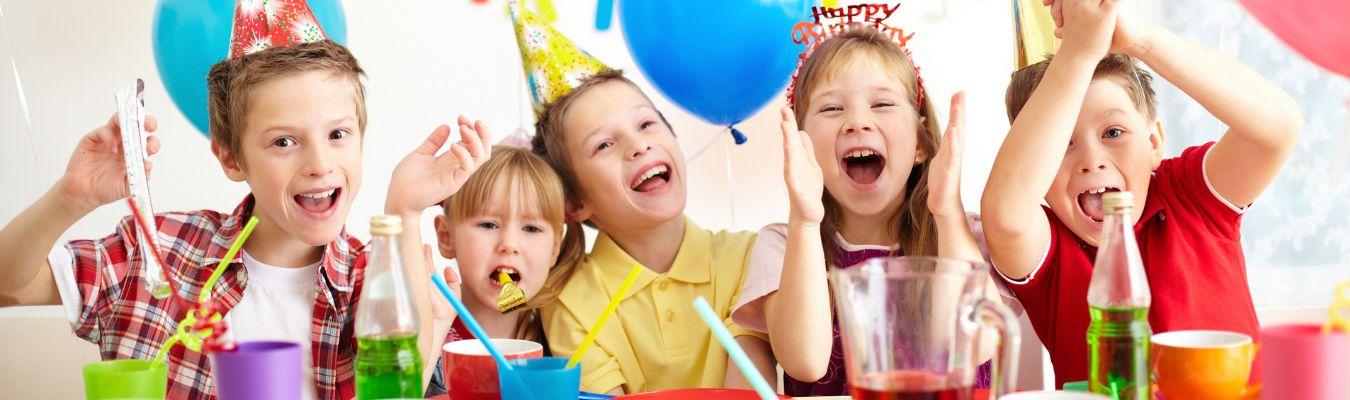 roześmiane dzieci na przyjęciu urodzinowym