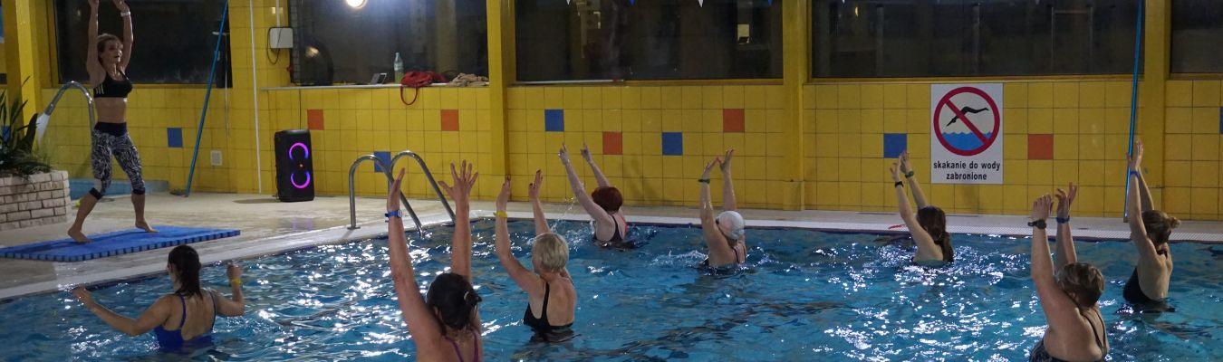 kobiety ćwiczą w wodzie
