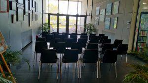 krzesełka na sali edukacyjnej