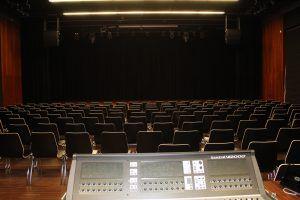 krzesełka w sali widowiskowej