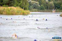 zawodnicy Triathlon pływają w wodzie