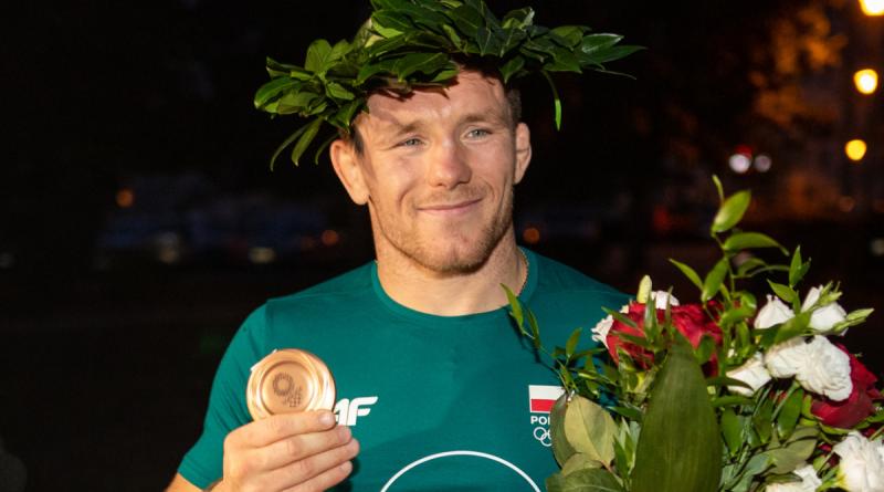 Tadeusz Michali z brązowym medalem z Tokio w dłoni.